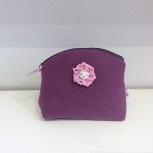 Kosmetyczka fioletowa z kwiatkiem