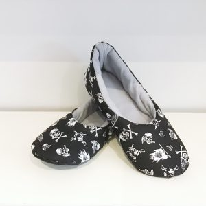 Men's slippers with pirates' pattern