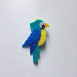 Broszka papuga błękitka