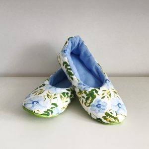 Slippers with cranesbill flowers