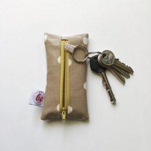 Etui na klucze beżowe grochy